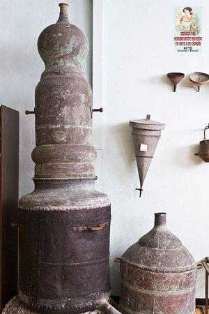 Alambique en una de las salas de los Museos del aguardiente anisado de Rute y España
