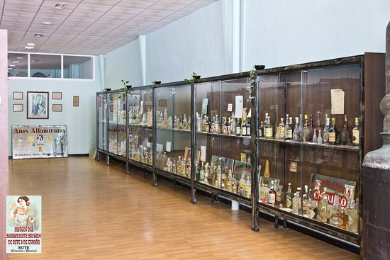 Vitrinas expositivas de los Museos del aguardiente anisado de Rute y España