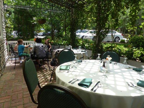Pine Crest Inn: patio