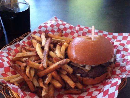 Cambridge, Kanada: 5 ounce burger with fried onions, sauteed mushrooms , havarti cheese and tzatziki sauce.