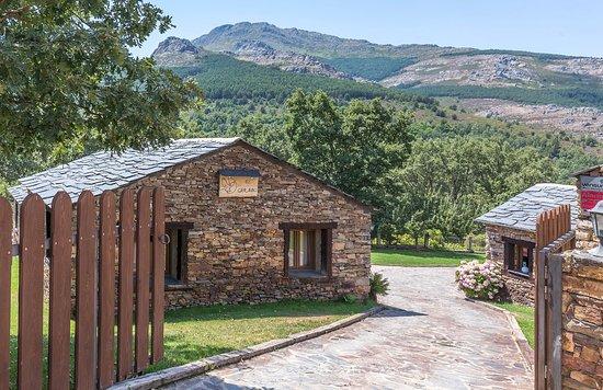 Valverde de los Arroyos, Spanje: Entrada al alojamiento y cabaña en la que estuvimos alojados