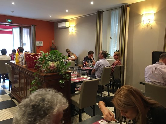 Castelnau-de-Medoc, France: Family dining