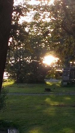 White Lake, Canadá: Sunset across the greenspace in front of the cottages