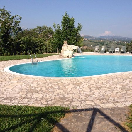 Contursi Terme, Italia: piscina con cascata
