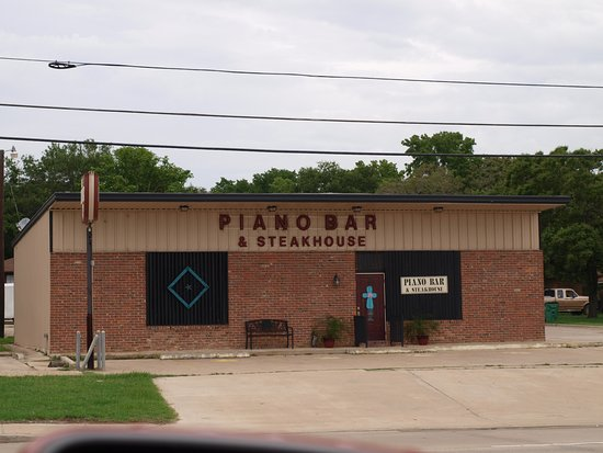 Rockdale, TX: Exterior of the Piano Bar and Steakhouse...Like I said, don't judge a book by the cover...