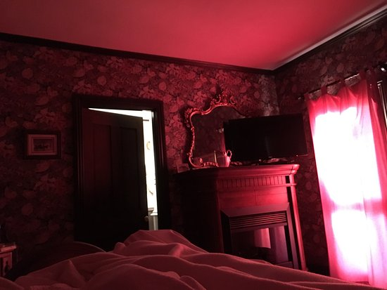 John Wesley Inn: Sunrise fills the Stockton with a rosy glow filtered through the curtain across the porch door