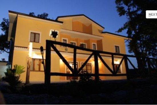 Contursi Terme, Italia: il casale notturno