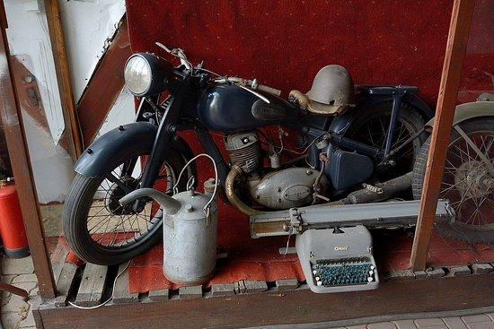 Muzeum Motoryzacji i Techniki: Motocykl, bańka na paliwo... i maszyna do pisania