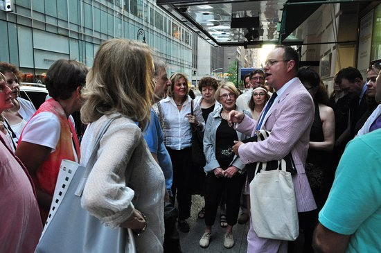 Big Apple Fanatics Tours: Kevin talking to the tour group