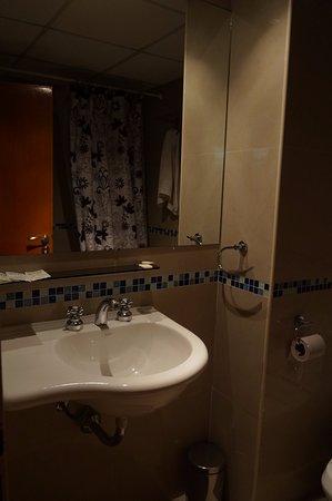 Argentina Tango Hotel: Possuía uma banheira sem muito luxo.