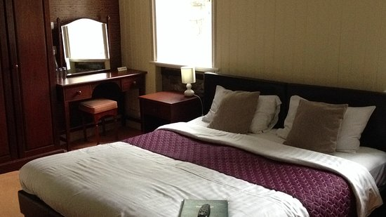 Plas Dolmelynllyn Hall Hotel: Dulas suite, comfortable king size bed.