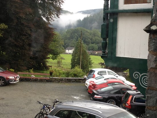 Plas Dolmelynllyn Hall Hotel: Early morning mist on the hills over our cars in the (quite crowded) car park.
