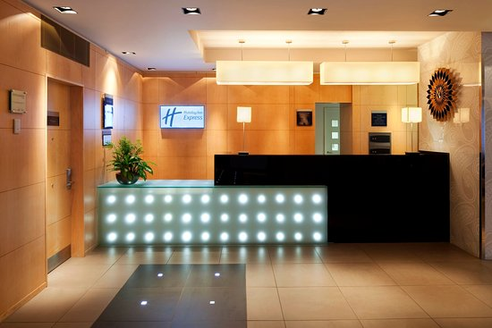 Holiday Inn Express Birmingham, Redditch: Modern and Welcoming Reception