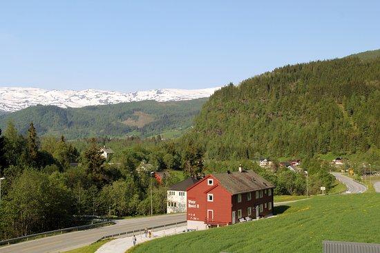 Vinje Turisthotel: Вид с балкона. Слева, вдоль дороги - горная река.