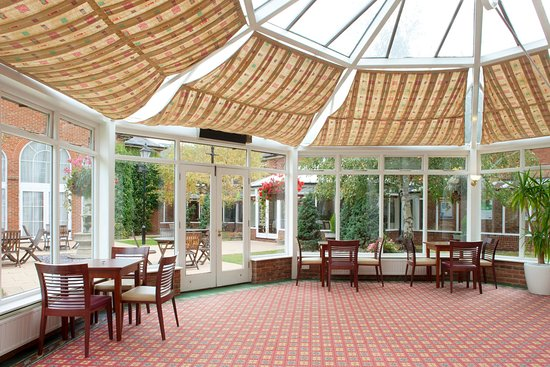 Newport Pagnell, UK: Conservatory & Courtyard Garden