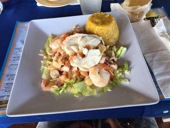El Boquemar: Mero relleno de todos los mariscos!! (Langosta, camaron, pulpo, concha) y ensalada 7 potencias!!