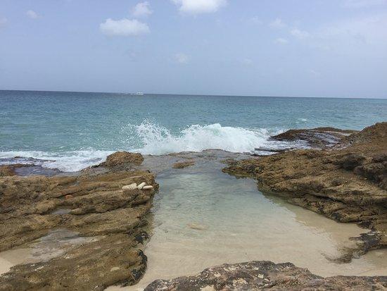 Cupecoy Bay Beach: Waves crashing
