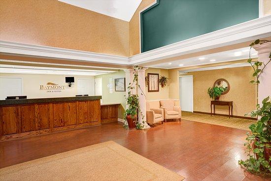 Baymont Inn & Suites Jacksonville: Front Desk