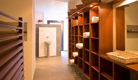 Hotel Mirabeau: brush massage on the hot stone