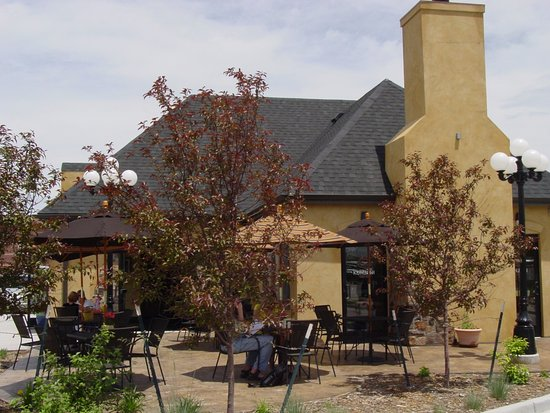 Parker, CO: Comfortable patio with shade, water for your dog and relaxing music!