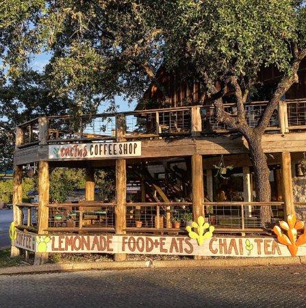 Wimberley, เท็กซัส: Cactus Coffee Shop outdoor seating