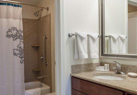 Bedford Park, IL: Suite Bathroom