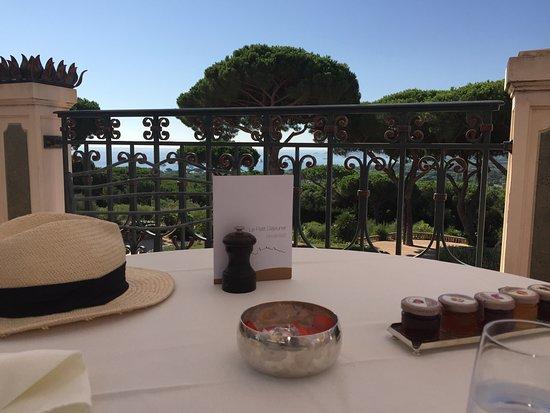 Chateau De La Messardiere: la terraza donde desayunamos. Un placer
