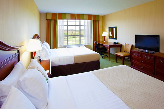 Front Royal, VA: 2 Queens guest room with oversized desk and 32' LCD TV