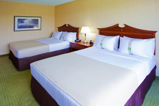 Front Royal, VA: 2 Queens guest room with triple sheeting and 32' LCD TV