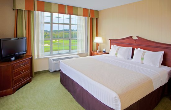Front Royal, VA: King corner suite with Golf Views and two 32' LCD TVs