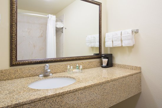 Holiday Inn Hotel & Suites Trinidad: Standard Guest Bathroom