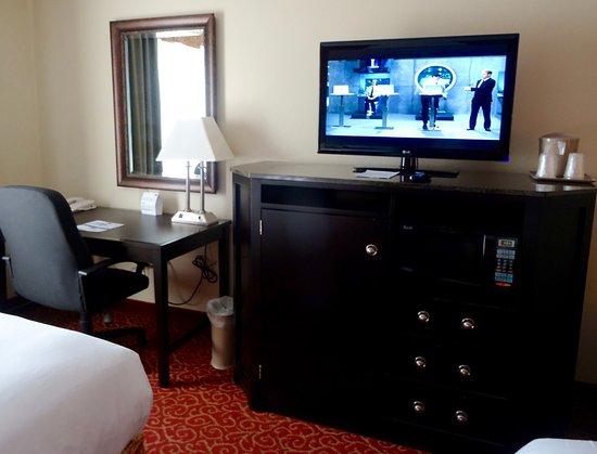 Hampton Inn Vidalia: Good TV and Nice Desk, with Decent Dresser for our Things