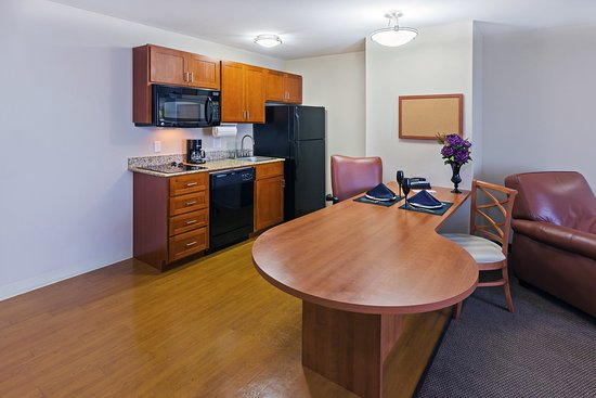 Candlewood Suites Ardmore: Kitchen and Living Area