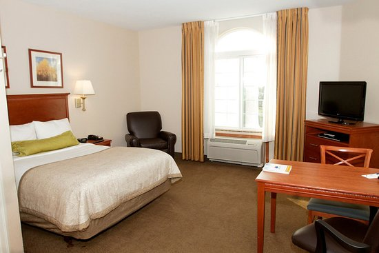 Candlewood Suites Santa Maria, CA: Studio suite offering a queen bed, fully appointed kitchen, free high speed Internet and movies