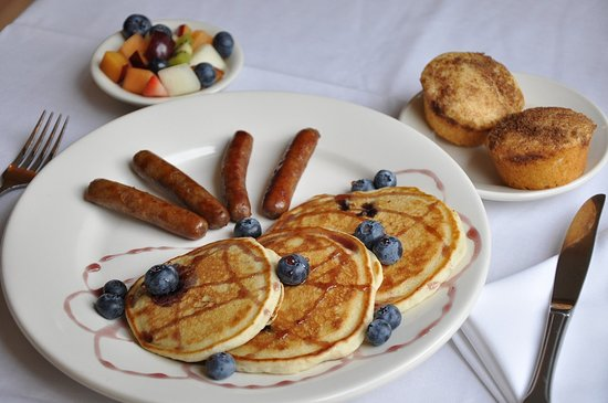 ‪‪Carmel Cove Inn at Deep Creek Lake‬: Blueberry pancakes with sausage‬