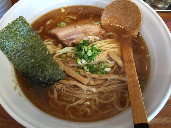 Hiratsuka, اليابان: 魚粉が効いた醤油ラーメンは逸品です。