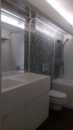 V Wanchai Hotel: quite big bathroom