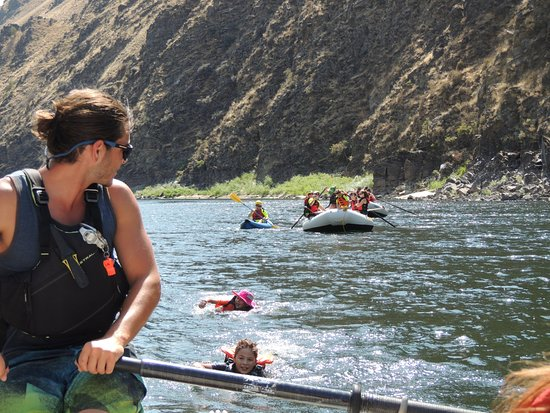 McCall, ไอดาโฮ: Luke, one of the Salmon Raft guides, making sure everyone is safe.