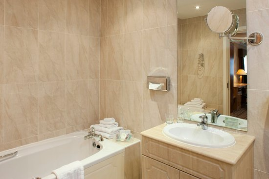 Dodworth, UK: Light and airy spacious Ensuite Bathrooms