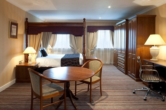 Dodworth, UK: One of modern two feature four poster style rooms