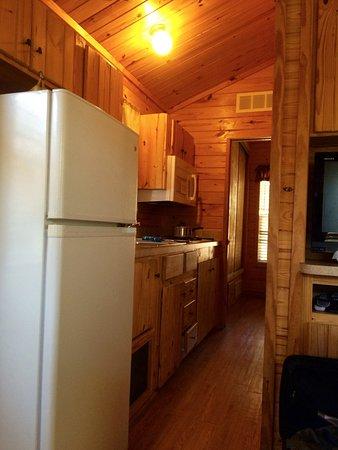 Descanso, CA: ウッディーな内装、大きな冷蔵庫とキッチン設備。