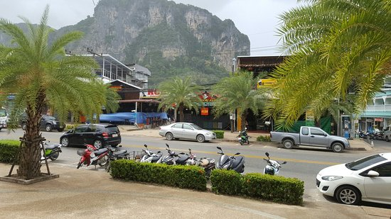 White Sand Krabi Hotel: ที่พักสะดวกสบายเดินไปหน้าหาดไม่ไกลมาก ชอบติดแมคดอนอล 7-11 พนักงานบริการดี เสียแต่ห้องจะค่อนข้างโ