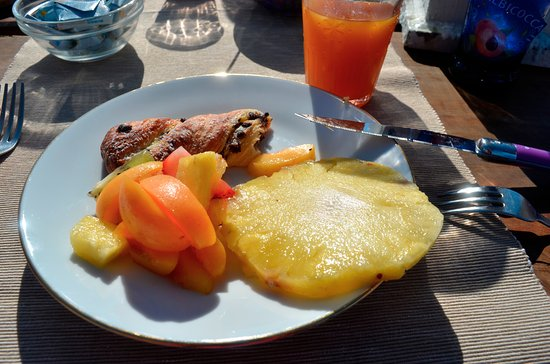 Castelmuzio, Italien: A wonderfully fresh breakfast spread