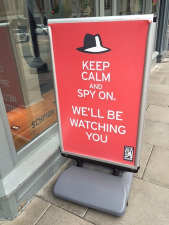International Spy Museum: 入り口に看板