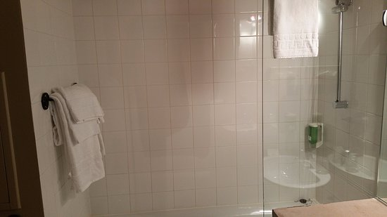 Compiegne, Frankrike: Clean bathroom with modern shower