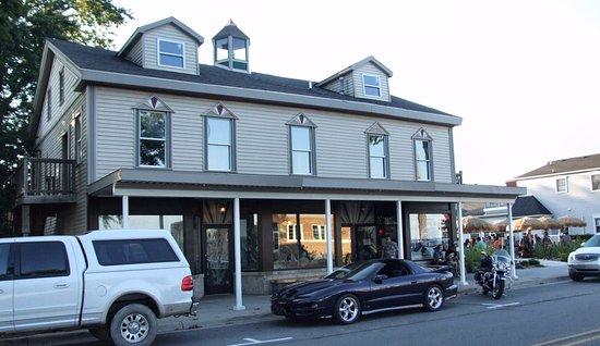 Marine City, MI: Front of restaurant facing S. Water St.