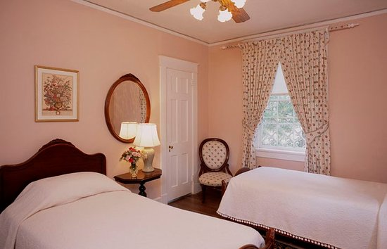 Cedars of Williamsburg Bed & Breakfast: Queen Mary Room