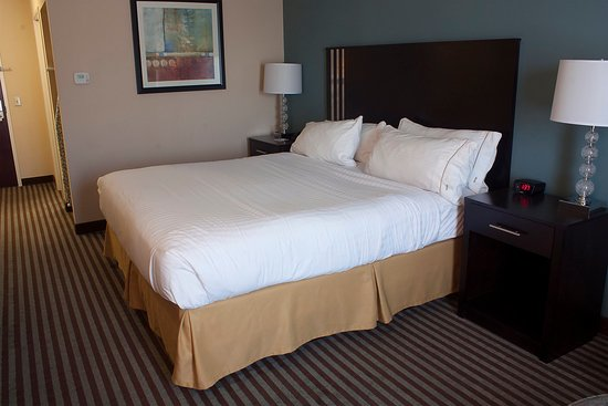 Youngstown, OH: King Bed Guest Room
