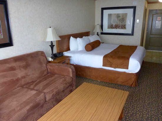 Fernie, Canada: King bed with sofa