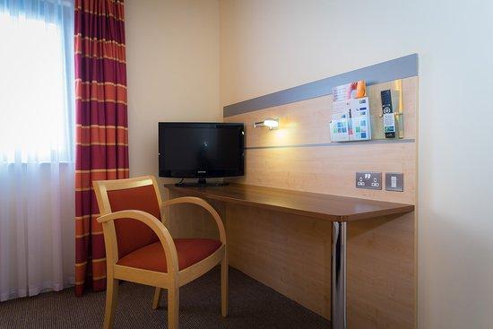 Holiday Inn Express - Aberdeen Exhibition: accessible desk area